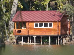 Один из домиков на воде